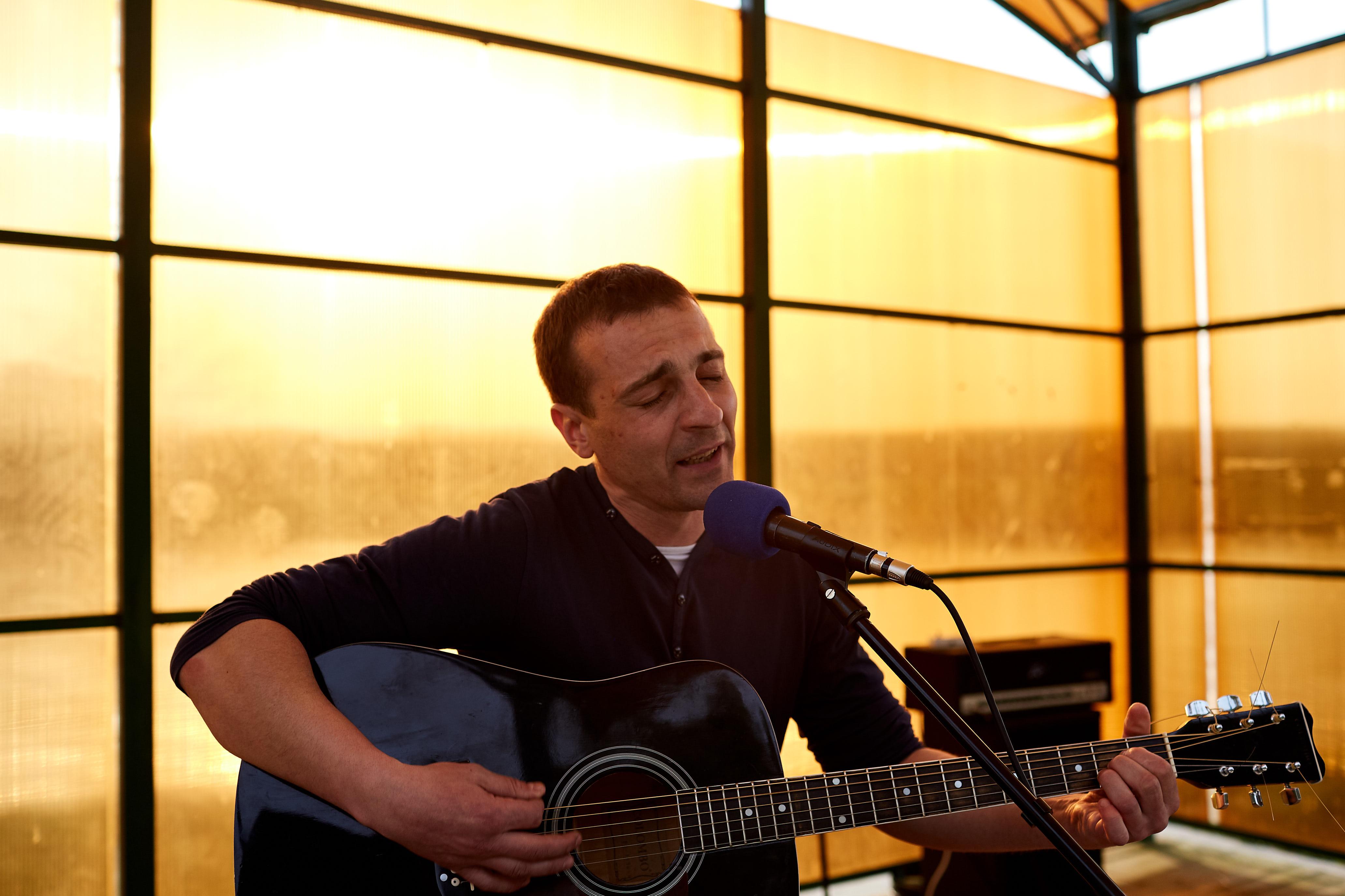 Дима поёт